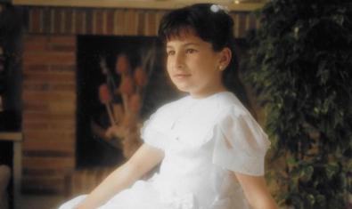 La imagen de una niña vestida de primera comunión en una de las obras de la exposición dedicada a Nuria Güell