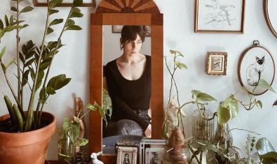 Una imatge de l'artista a la seva casa i reflectida en un mirall