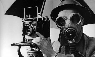 Fotografia de Lee Miller titulada 'David E. Scherman, vestit per a la guerra'. © Lee Miller Archives