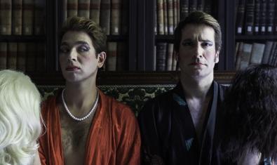 Los dos actores protagonistas con maquillaje de mujer