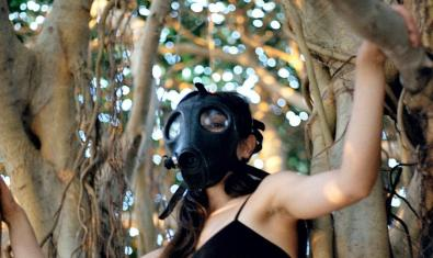 Una actriu pujada dalt d'un arbre amb una màscara antigàs