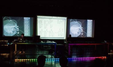 Una de las sesiones de live code que se organizan en el Hangar con las pantallas de los ordenadores proyectadas en la pared