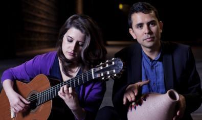 Retrat dels dos artistes ella tocant la guitarra i ell amb un instrument de percussió