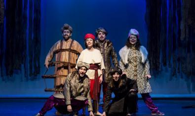 Fotografía del espectáculo, actores cantando en el escenario