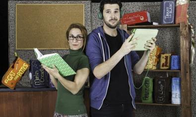 Fotografía de los dos actores protagonistas con libros en la mano