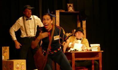 Fotografia de l'espectacle, actors actuant a l'escenari