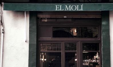 L'entrada del bar d'un poblet del Empordà on transcorre l'acció d'aquesta obra
