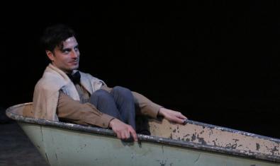 Un dels protagonistes del muntatge retratat dins d'una banyera vella