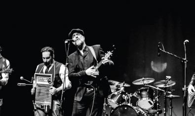 Retrato en blanco y negro de la banda en plena actuación
