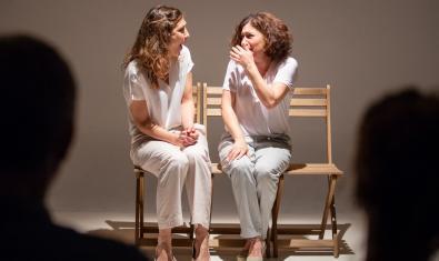 Las dos actrices protagonistas, sentadas en dos sillas y conversando