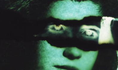La imagen de una cara femenina con una especie de antifaz ante los ojos