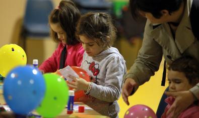 Grans i petits comparteixen una estona de joc i de creativitat.