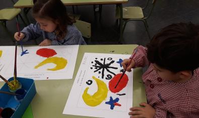 Les nenes i els nens reprodueixen l'obra de Miró.