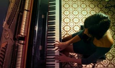 La cantante y pianista vista desde arriba mientras toca el piano