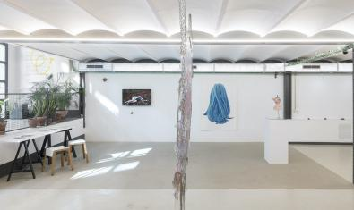 Vista general de la galeria amb les obres que formen part de l'exposició repartides per l'espai