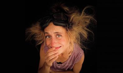 Retrato de la clown con los cabellos sueltos y mirando hacia arriba