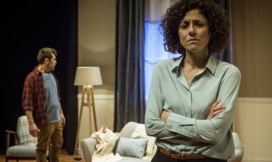 En primer terme Anna Sahun i al fons Òscar Muñoz a 'Mala broma'