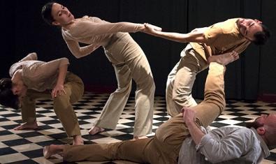 Quatre artistes del moviment en plena actuació a l'escenari de la sala