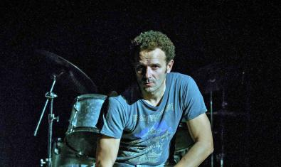 L'actor Marc Martínez retratat davant d'una bateria