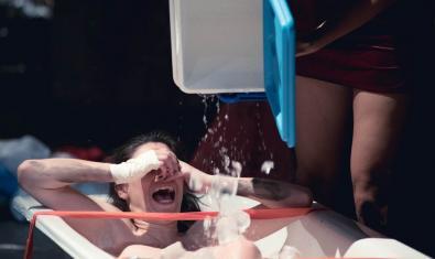 Fotografia d'una noia en una banyera plena de gel