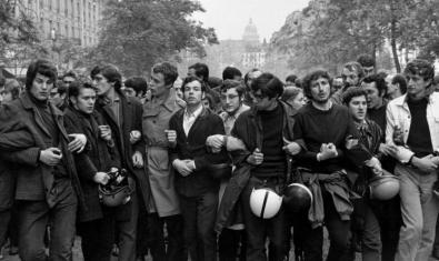 Una de les moltes imatges que van deixar les mobilitzacions a París la primavera de 1968. Fotografia d'Henri Cartier-Bresson