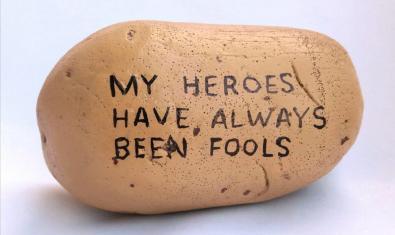 Fotografia d'una patata amb la frase Els meus herois sempre han estat bojos escrita en anglès