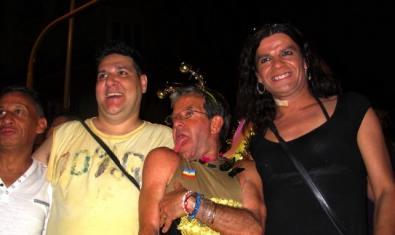 Una de las fotografías de la exposición muestra a cuatro amigos que han salido de fiesta