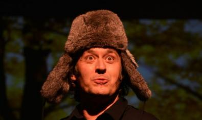 Uno de los artistas programados esta temporada vestido con un abrigo y una gorra de piel