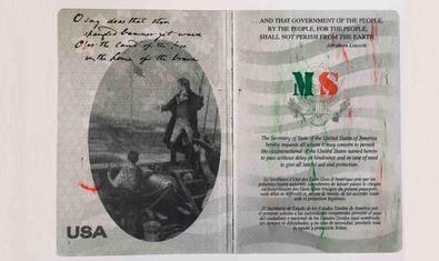 Una reproducción ampliada de una de las páginas del pasaporte de los EE. UU. de la artista