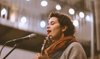 L'artista retratada en plena actuació davant del micròfon