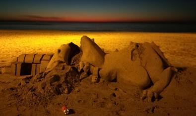 Una enigmàtica construcció de sorra amb el mar al fons