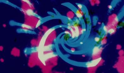 Un fotograma del film que muestra una imagen abstracta llena de colores