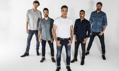 Retrato de grupo de los cinco integrantes de la banda barcelonesa