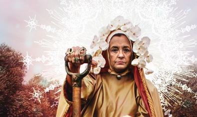 La versión moderna de una virgen con una pala en la mano al cartel que anuncia la obra