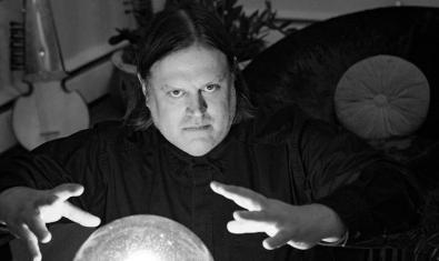 Imagen del músico simulando que lee el futuro en una bola de cristal