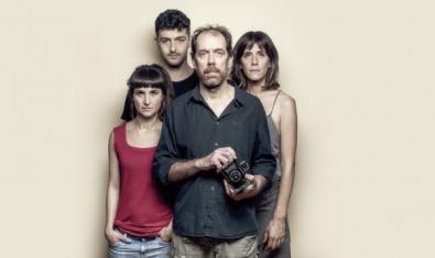 Els quatre protagonistes, dues noies, un noi i el fotògraf en primer pla.