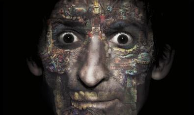 Retrat de l'artista amb la cara pintada com si fos una calavera