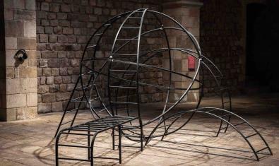 Una estructura metàl·lica que recorda les zones de joc dels parcs infantils