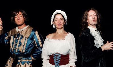 Dos actors i una actriu vestits d'època en un moment de la funció