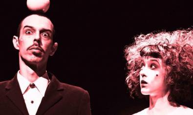 """Els dos interprets de l'espectacle de circa i teatre """"Punto y coma"""""""
