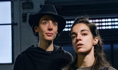 Las dos actrices protagonistas retratadas en un momento de la representación