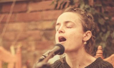 Retrat de la cantautora Sandra Bossy en plena actuació