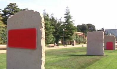 Vista de tres de los monolitos que forman la instalación escultórica con un fragmento pintado de color rojo