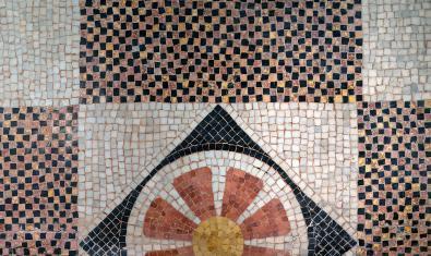 Mosaico del siglo XIX situado en el pavimento de la planta noble de la Casa Vicens
