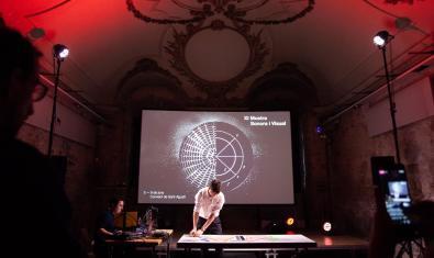 Un músic actua davant d'una gran pantalla en una edició anterior de la Mostra