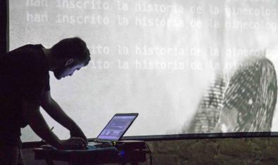 Un artista controla unas proyecciones con su portátil durante la edición del año pasado
