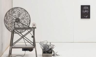 Un aspecte de l'exposició, que mostra una antiga maquinària convertida en obra d'art