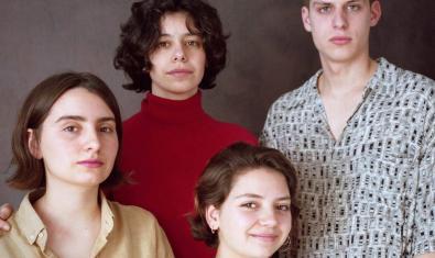 Retrato de grupo de las tres chicas y el chico que forman la banda