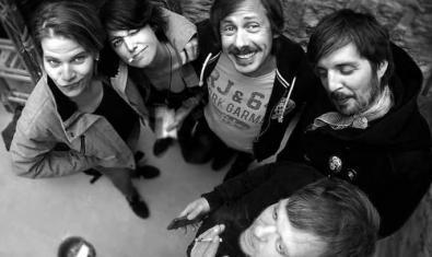 Retrat en blanc i negre dels cinc membres de la banda vistos en pla zenital
