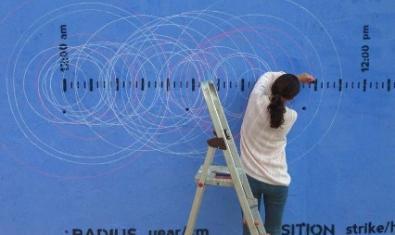 Retrato de una artista pintando un grafiti